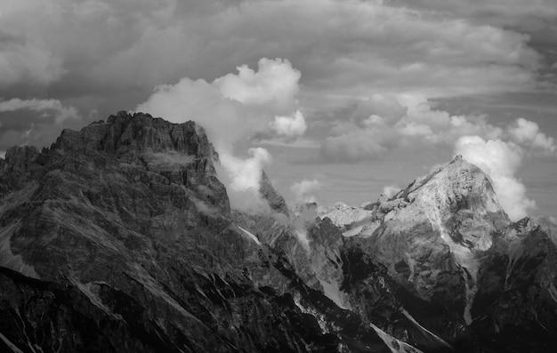 白と黒の山の風景