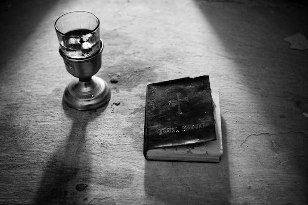 白と黒のカップと聖書の本