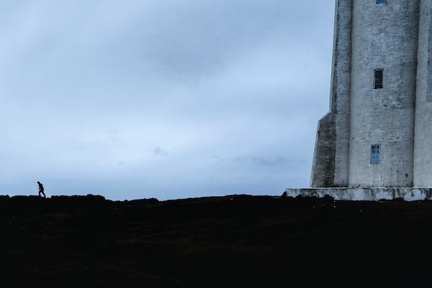 灯台の下の男