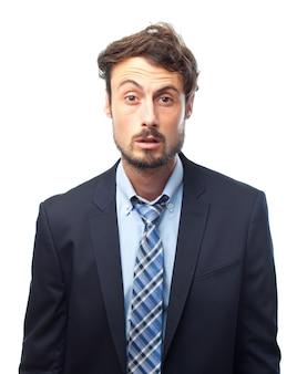 Человек в костюме с поднятой бровью