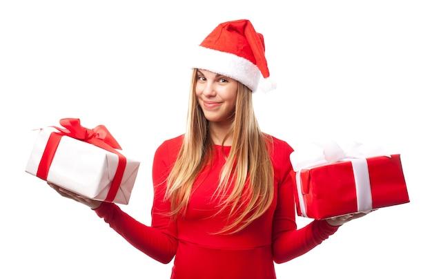 各手に贈り物を持つ女性