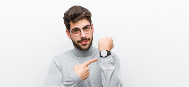 Нетерпеливый и злой, указывая на часы, просит пунктуальность, хочет быть вовремя