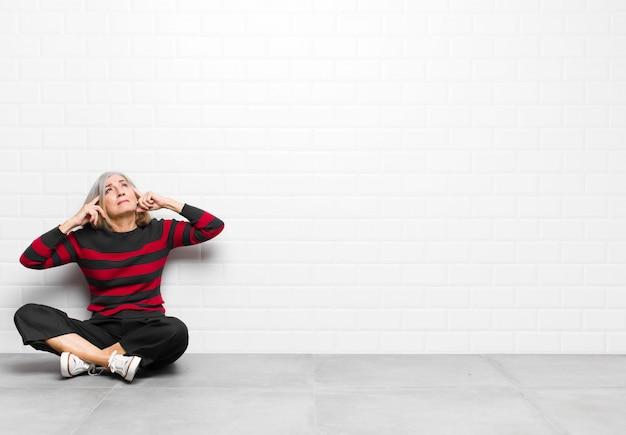 Чувствовать смущение или сомнение, концентрируясь на идее, усердно думая, пытаясь скопировать пространство на стороне
