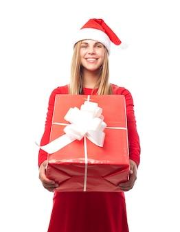 大きな贈り物を持つ女性