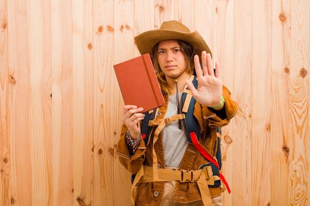 日記を持つ若いかなり旅行者の女性