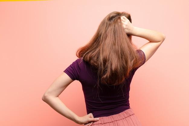 Думать или сомневаться, чесать голову, чувствовать себя озадаченным и смущенным, вид сзади или сзади