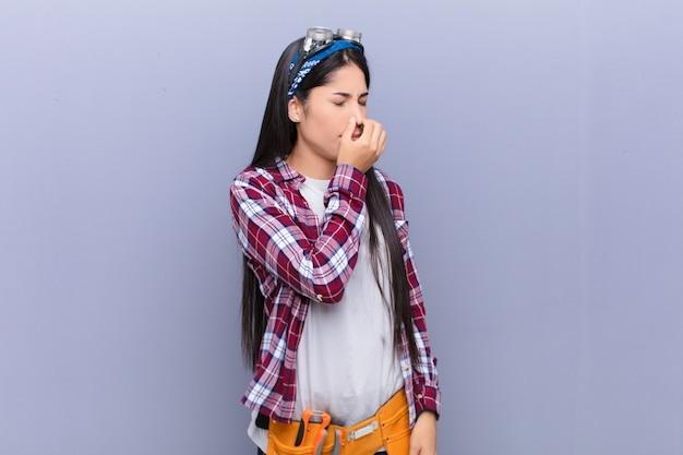 Чувствуя отвращение, держась за нос, чтобы не чувствовать неприятный запах и неприятный запах