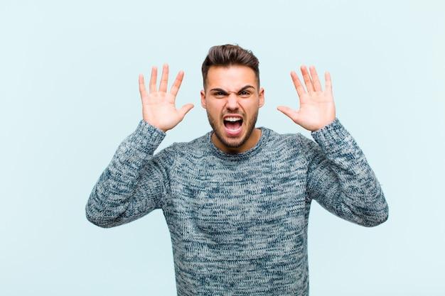 Кричать в панике или гневе, потрясенный, испуганный или разъяренный, с руками рядом с головой