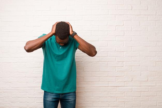 ストレスと欲求不満を感じ、手を頭に上げ、疲れ、不満、片頭痛