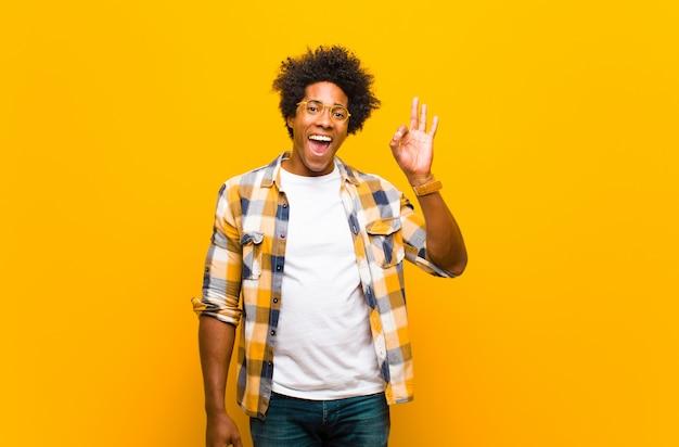 成功して満足している、口を大きく開いて笑顔で、手で大丈夫なサインを作る