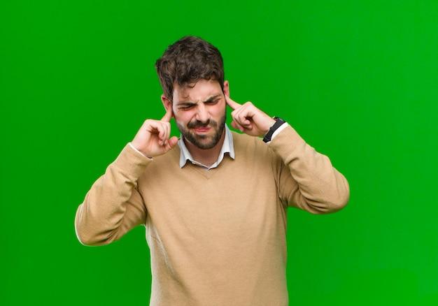 怒り、ストレス、イライラを感じ、両耳を耳が聞こえないノイズ、音、または大音量の音楽にさらす