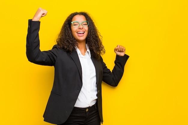 意気揚々と叫び、興奮して幸せで驚いた勝者のように見え、祝う