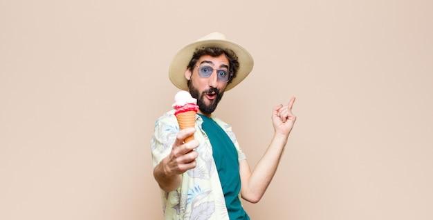 アイスクリームを持つ若い観光客男