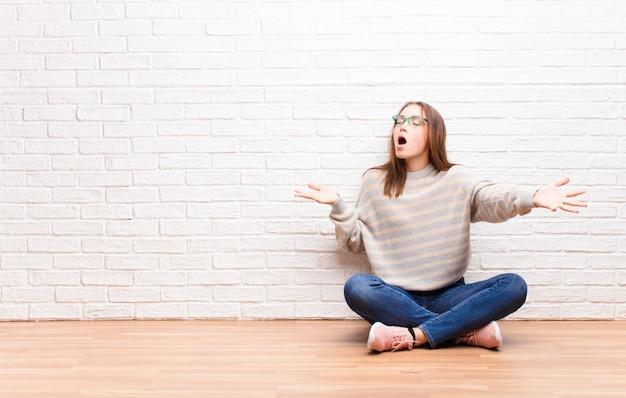 オペラを演奏したり、コンサートやショーで歌ったり、ロマンチックで芸術的で情熱的な床に座って感じている若いブロンドのかわいい女の子