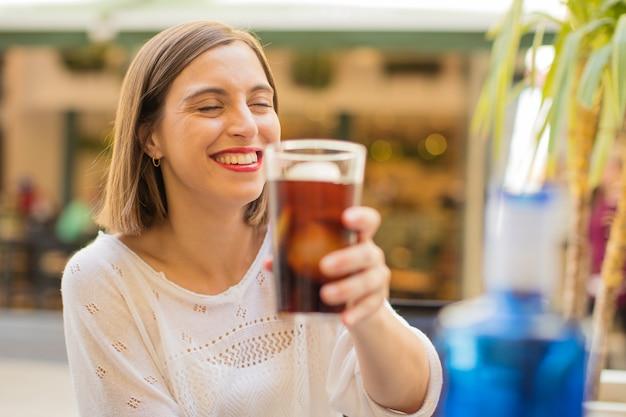 Молодая женщина в ресторане с коксом