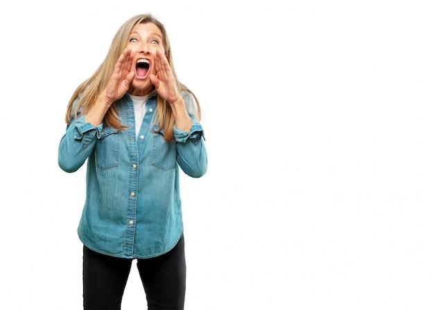 シニア美しい女性は狂ったように大声で叫んで、怒っている表現で手で呼ぶ