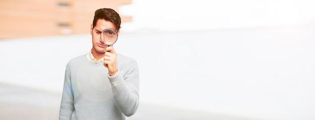 若い、ハンサムな、日焼けした、男、虫眼鏡
