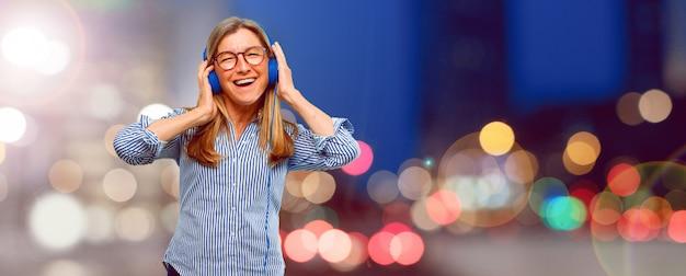シニア、美しい、女、聞くこと、音楽、ヘッドフォン
