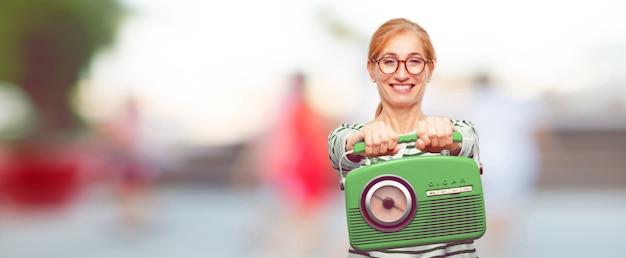 ヴィンテージラジオを持つシニア美しい女性