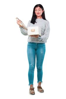 Молодая красивая женщина с винтажной коробке