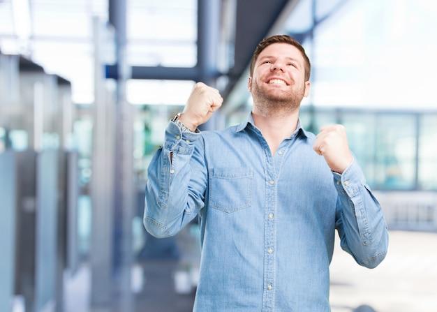 Молодой предприниматель счастливым выражением