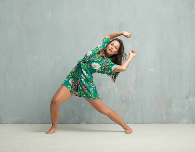 若い美しい女性のフルボディ。ストリートダンスコンセプト