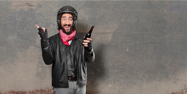 バイクのライダー、ビール瓶