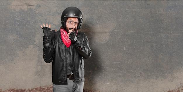 虫眼鏡でバイクのライダー