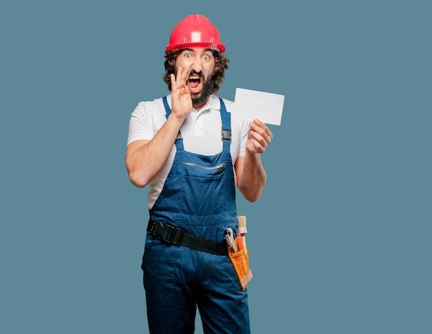 プラカードを持つ若い男労働者