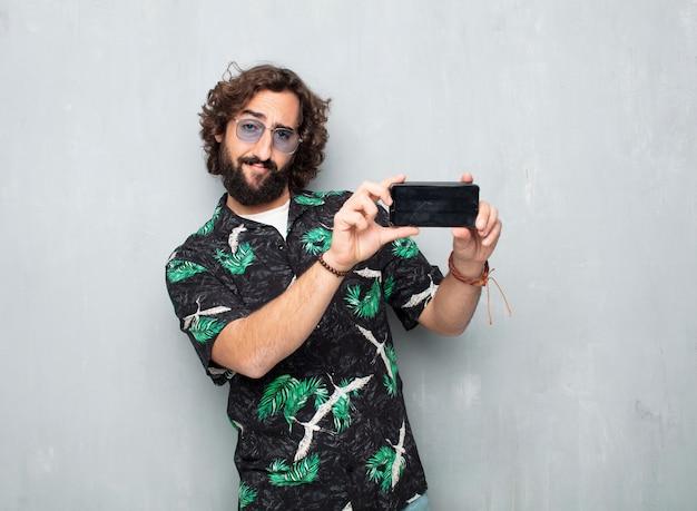 Молодой турист с мобильным телефоном