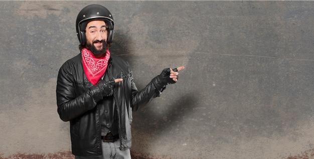 Мотоциклист указывает знак