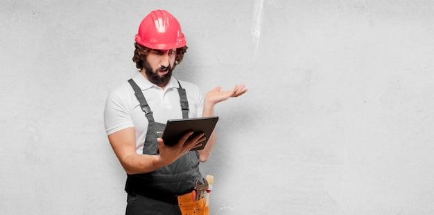 Молодой человек работник с планшетом