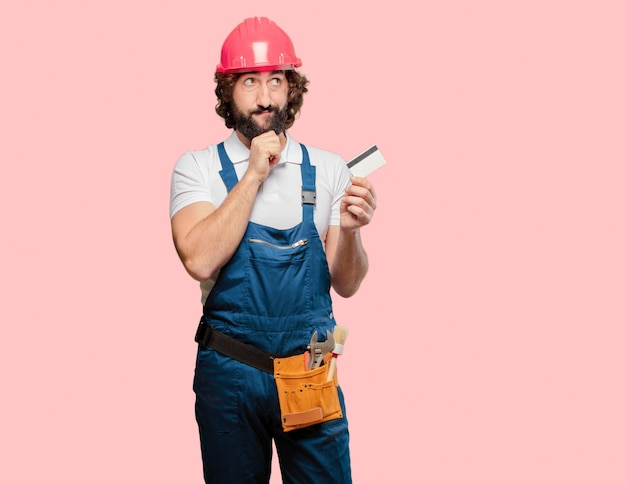 クレジットカードを持つ若い男労働者