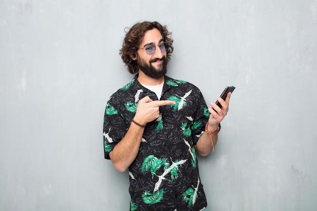携帯電話を持つ若い観光客男