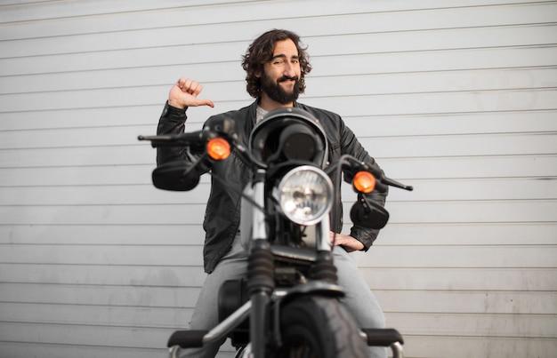 Молодой мотоциклист на своем винтажном велосипеде