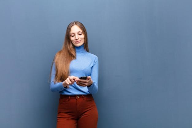 スマートフォンを使用して若いきれいな女性