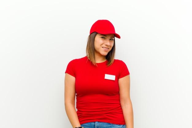 Доставка женщина выглядит гордо, уверенно, круто, дерзко и высокомерно, улыбаться, чувствовать себя успешным