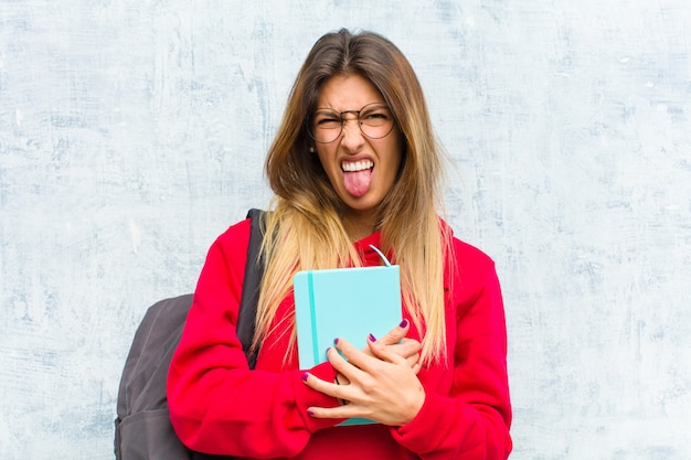 うんざりしたりイライラしたり、舌を突き出したり、嫌なものや嫌なものを嫌う若い可愛い学生