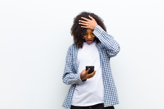 Молодая красивая негритянка с умным телефоном
