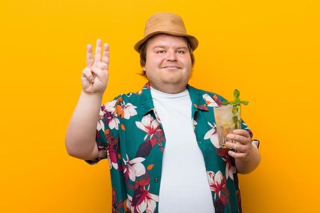 モヒートドリンクを持つ若い大きなサイズの男