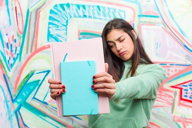 若いきれいな女性の落書きの壁