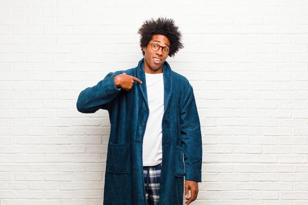 探しているガウンとパジャマを着ている黒人男性