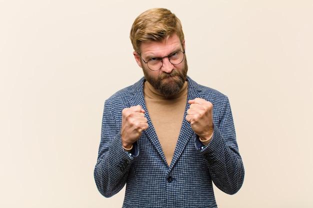 Молодой блондин бизнесмен ищет уверенный, злой, сильный и агрессивный, с кулаками, готовыми к борьбе в боксерской позиции