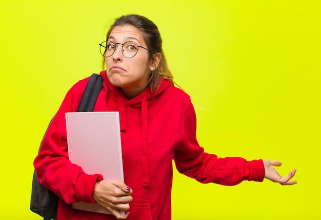 無知で混乱していて、見当がつかず、愚かなまたは愚かな表情で絶対に困惑している若いかわいい学生