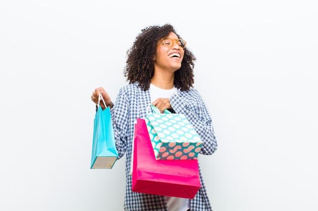 Молодая красивая негритянка с сумками