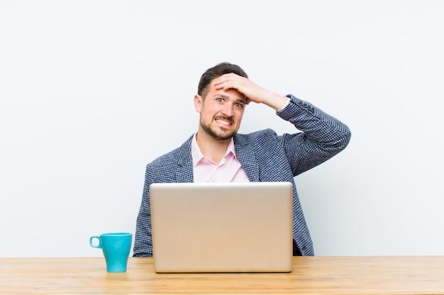 忘れられた締め切りをてて、ストレスを感じ、混乱やミスを隠さなければならない若いハンサムなビジネスマン