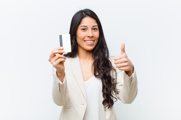 クレジットカードで若いヒスパニック系きれいな女性