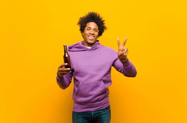 Молодой афроамериканец человек с пивом