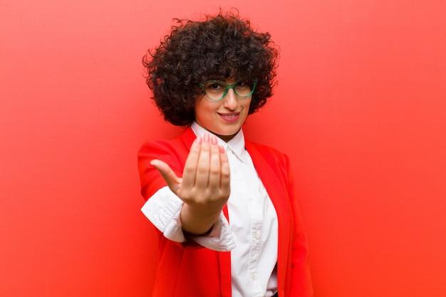 幸せ、成功、自信を感じ、挑戦に直面し、それをもたらすと言っている若いかなりアフロの女性!またはあなたを歓迎