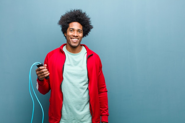 青いグランジ壁に若い黒人男性